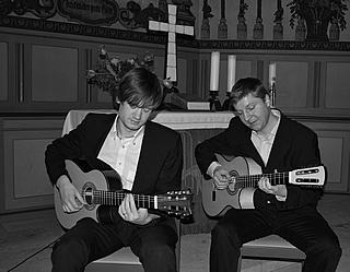 Martin und Alex an der Gitarre