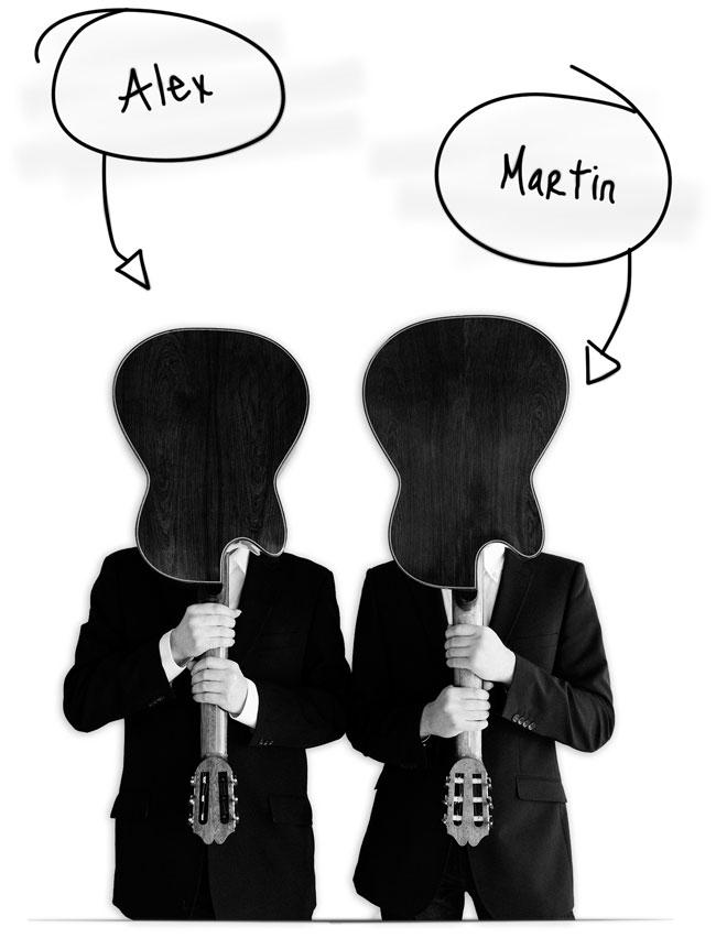 Die beiden Gitarristen nebeneinander, der Korpus der vors Gesicht gehaltenen Gitarren ersetzt den Kopf
